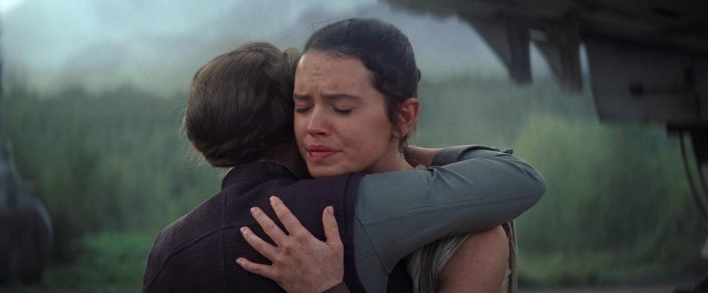 Carrie Fisher zdradza dlaczego Leia przytuliła Rey zamiast Chewiego