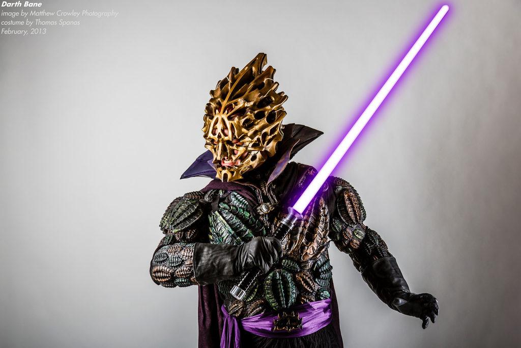 Darth Bane z mieczem świetlnym