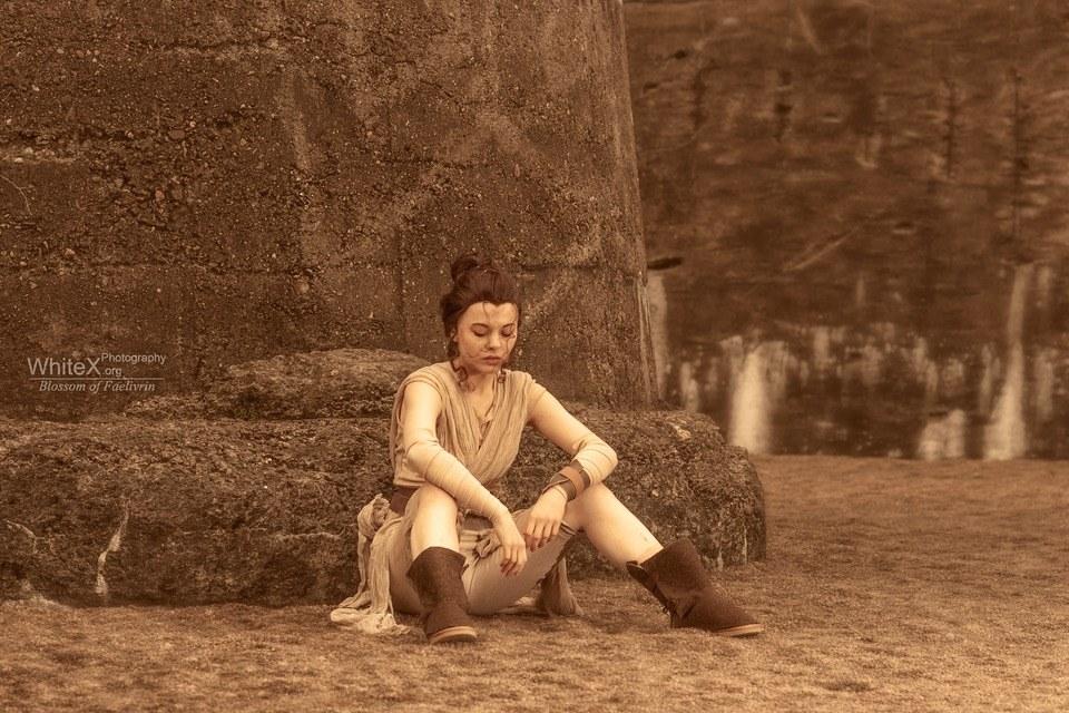 Rey w stroju z Jakku