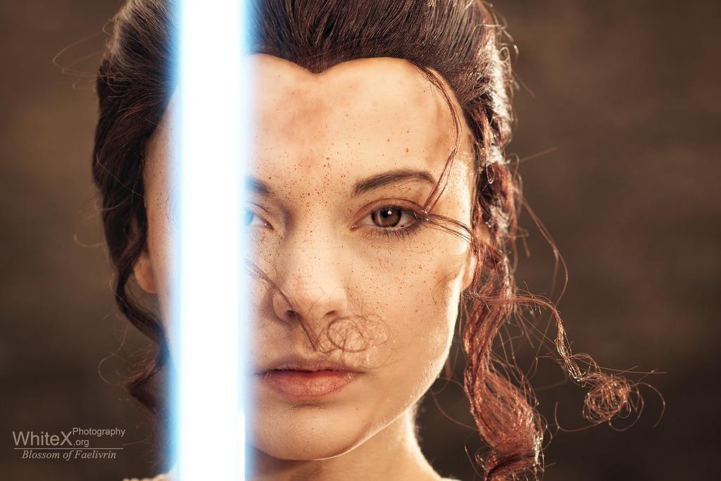 Rey z mieczem swietlnym